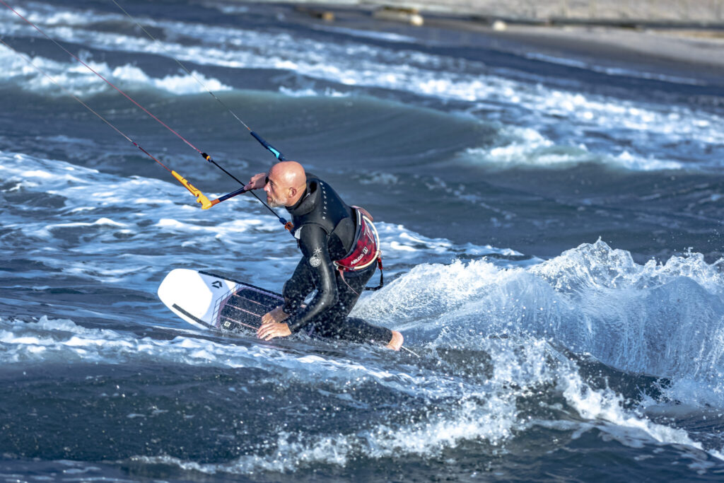 Kitesurfer shore turn