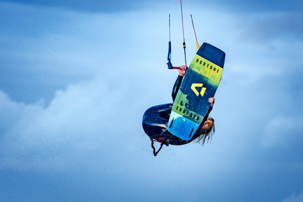 Kitesurfer present Duotone brand